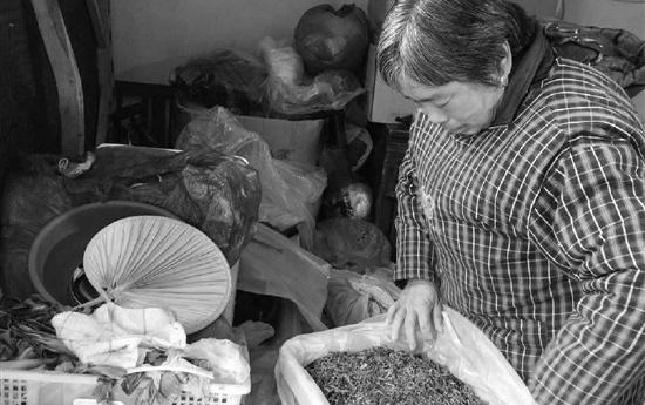 揣着15年前的借钱账本 正月里,宁波阿姨挨家挨户还钱