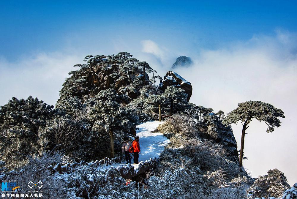游客在欣赏三清山雪后美景。新华网发 詹发文摄