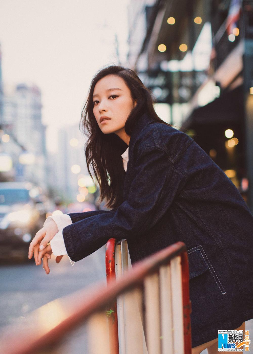 倪妮清新写真温柔 演绎牛仔衬衫经典穿搭