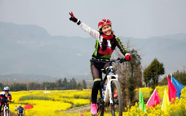 云南腾冲花海慢城山地自行车赛鸣枪开赛