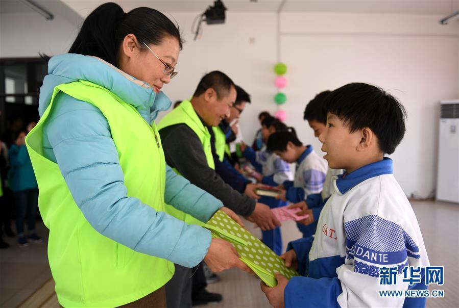 河北廊坊:学雷锋志愿活动走进特殊教育学校