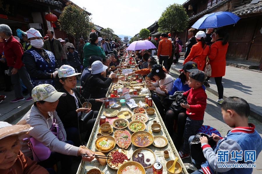 航拍巍山小吃节:千人共尝百桌美味