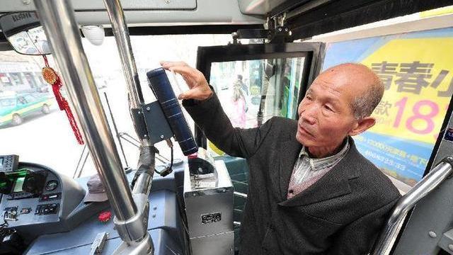 """沈阳市大东区民强社区居民手绘""""公交宝典""""为老人引路"""