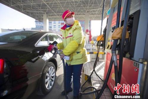 发改委:国内汽油每吨均将下调230元