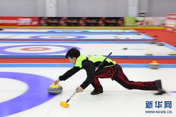 全国混双冰壶锦标赛青海举行 高原冰上战场如何炼成