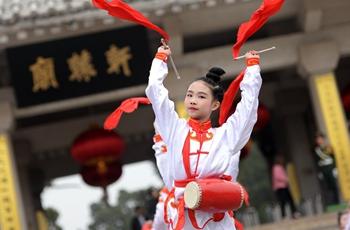 小演员在黄帝陵轩辕庙前表演腰鼓