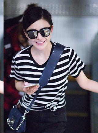 杨子姗条纹T恤现身机场 实用搭配简单清新