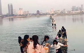 海事部门:石坝湿滑 群众不要冒险涉水