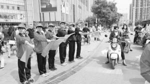 石家庄:中学生在路口执勤 倡导文明出行