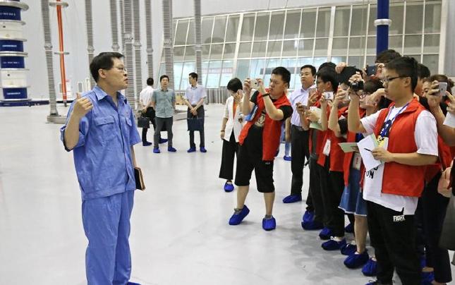 记者采访朱新华