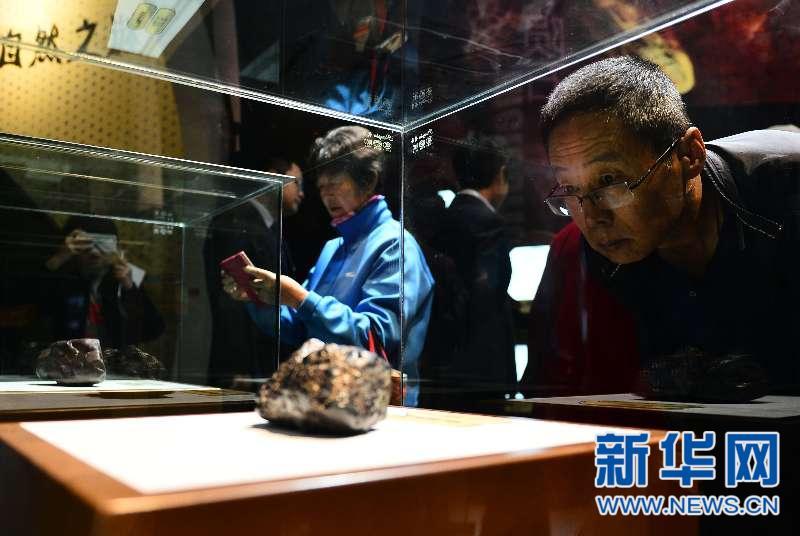 """青海省科技馆展出""""玉树黑陨""""等27块陨石"""