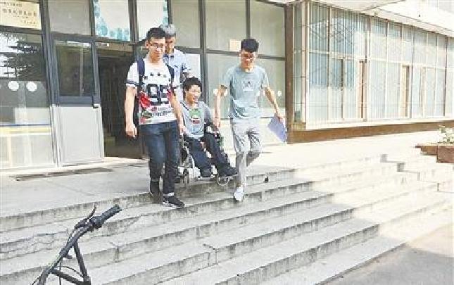 """12个宿舍的男生为同窗撑起""""轮椅上的大学"""""""