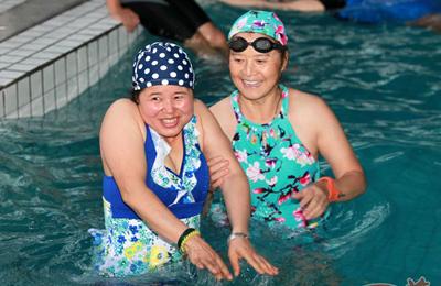 宝鸡建成首家农村游泳馆 女村民首次游泳不太习惯