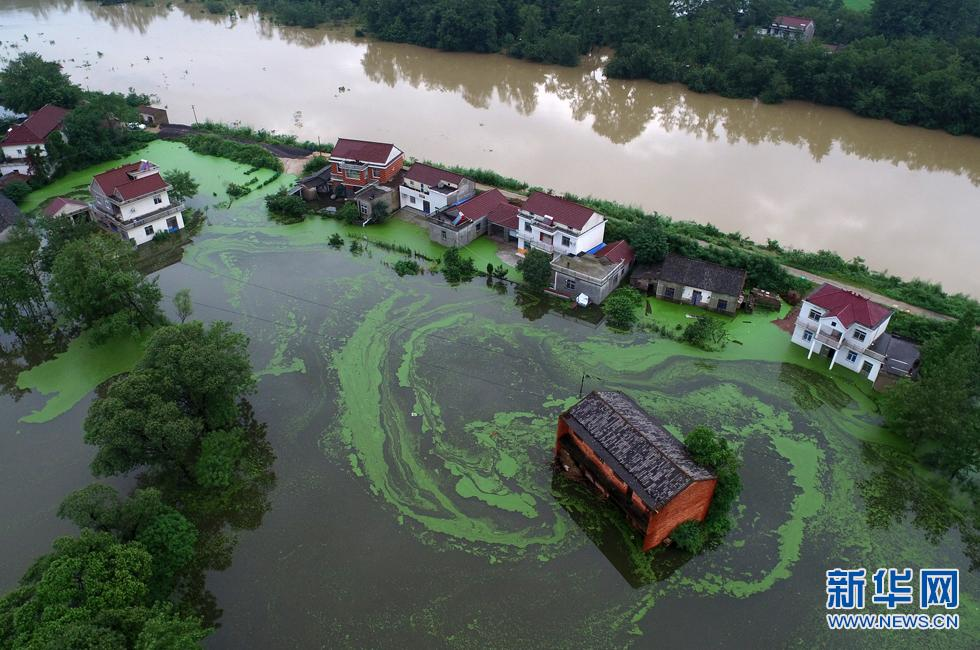 新华网航拍:安徽太湖县受灾现场 多处村民房屋被洪水淹没