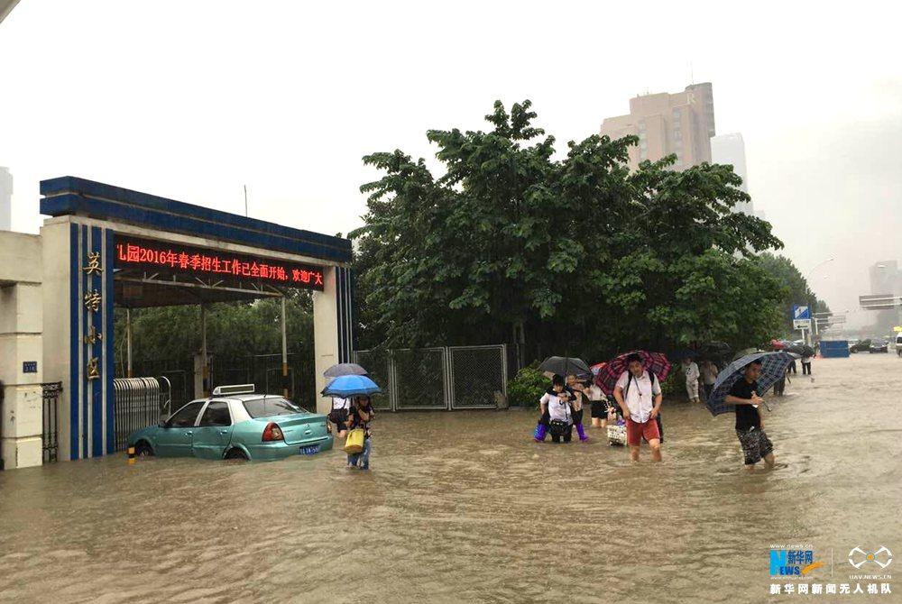 betvictor官网下载网航拍:暴雨致武汉启动排渍红色预警