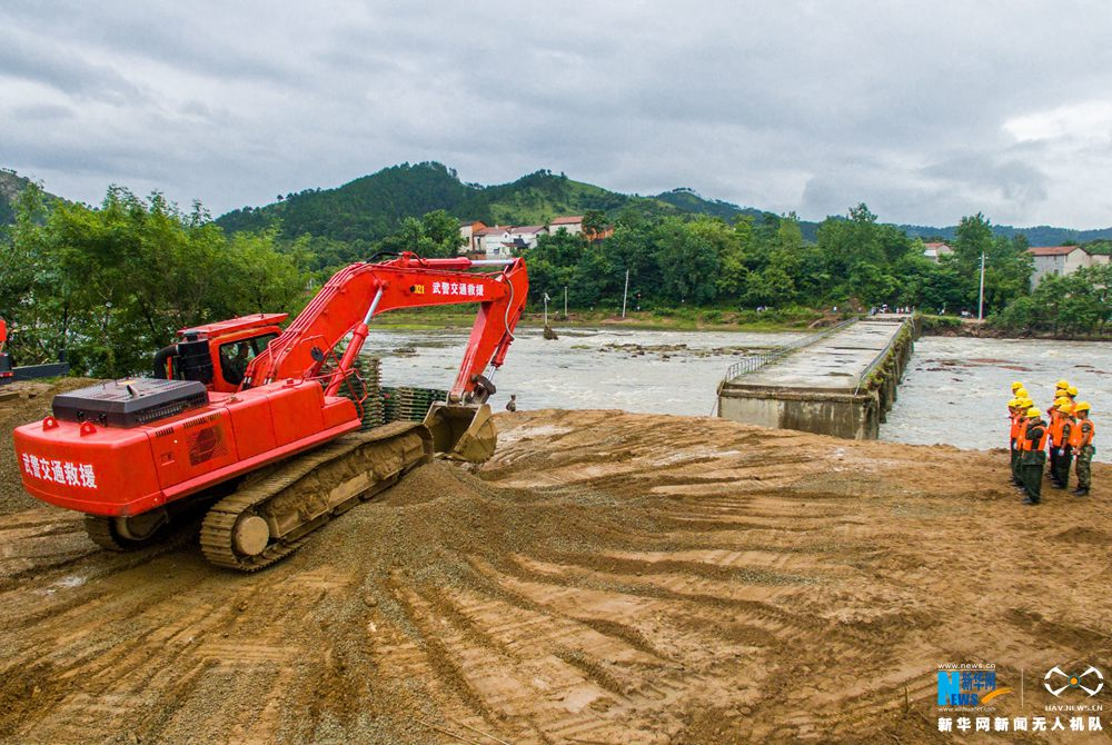 新华网航拍:湖北麻城叶家湾水毁大桥抢修过程