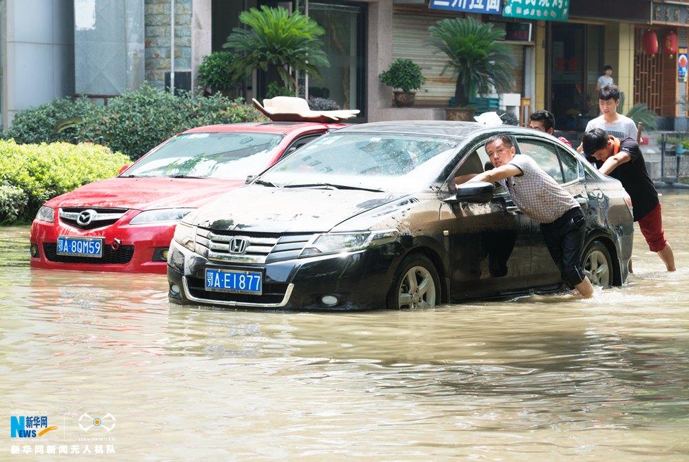 """龙8国际网航拍: 武汉南湖区域几成""""孤岛"""" 抢险人员转移居民"""