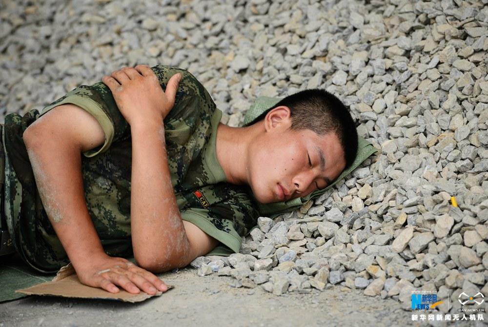 新华网航拍:抢险一线席地休整的武警官兵