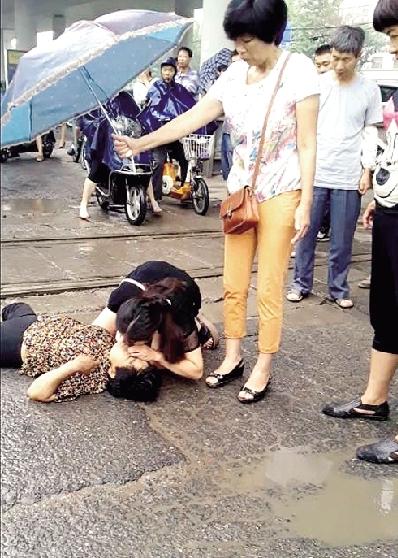 女护士雨中跪地救人后悄然离开 担心患者再次返回