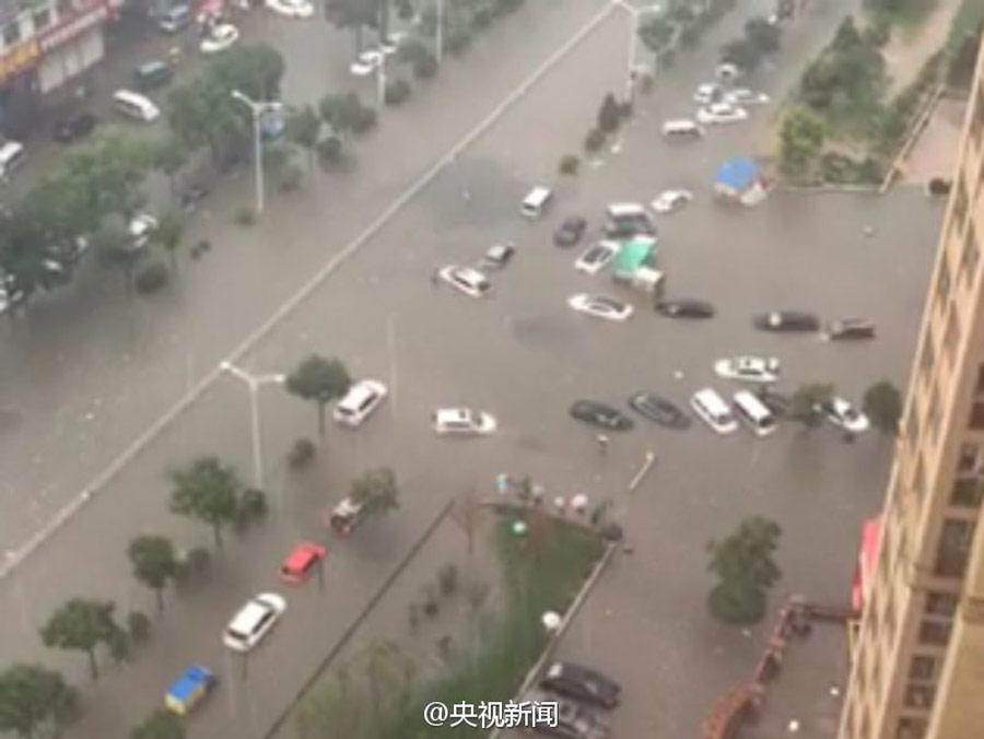 山西太原遭遇强降雨 多处路段内涝严重