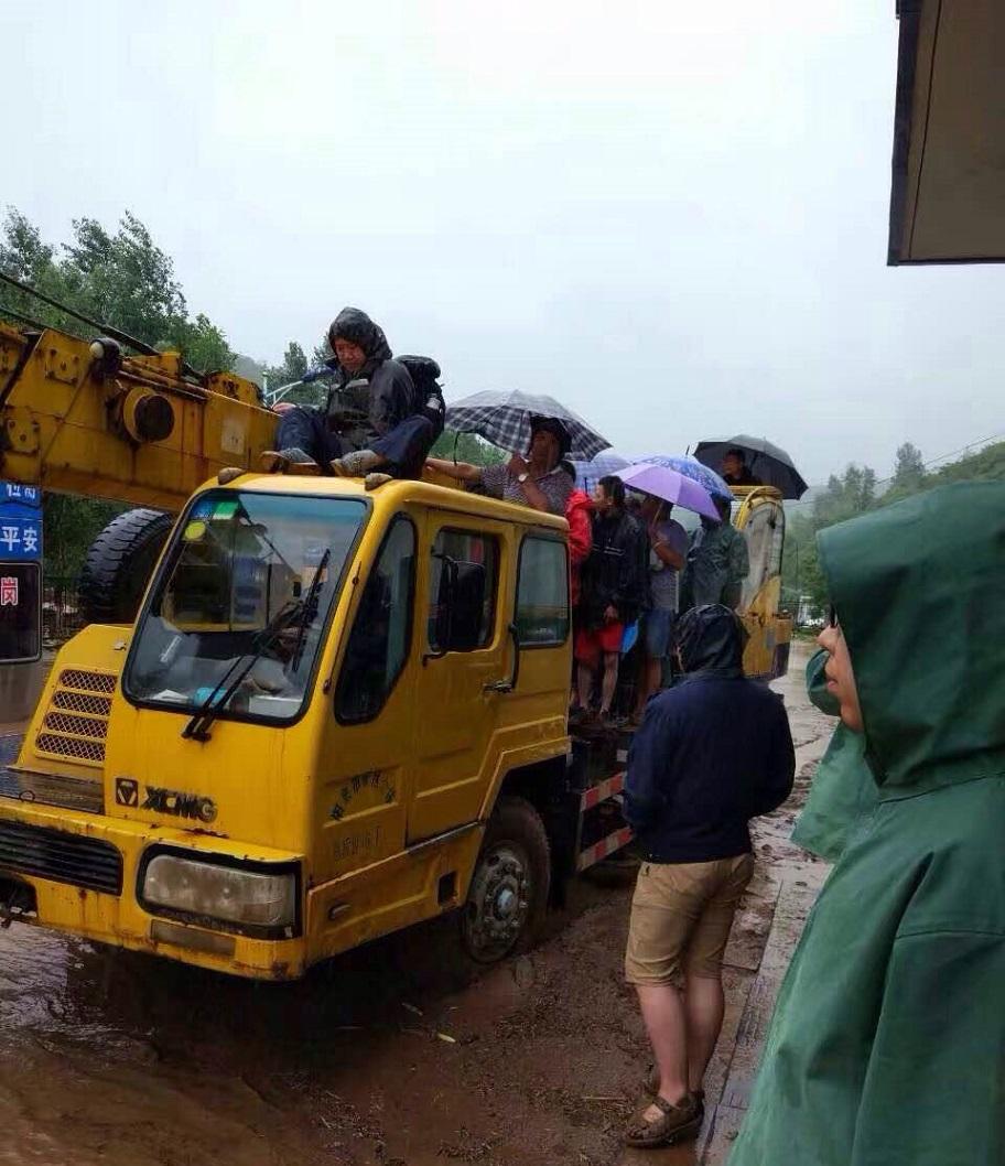 惊魂12小时!阳泉公路分局暴雨中紧急救援37名被困职工群众