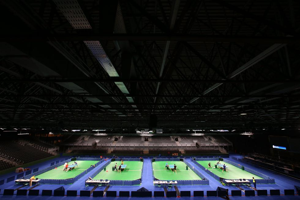 中国乒乓球队首次适应比赛场地