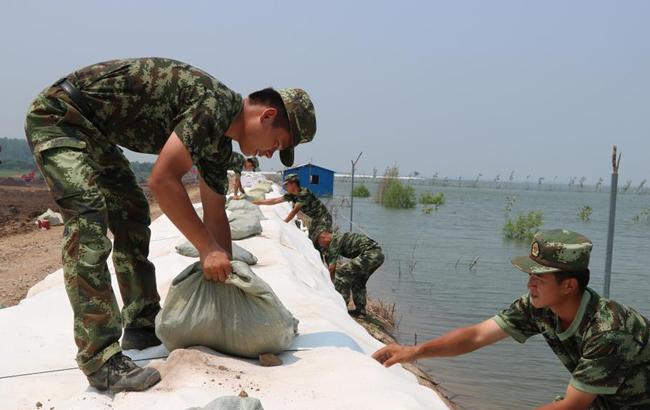 安徽望江:向烈日下的抗洪子弟兵致敬