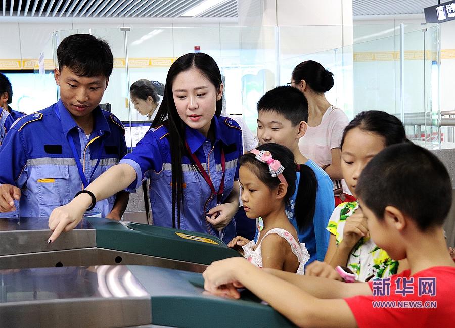 地铁 郑州/摘要8月11日上午,和乐社工组织残障者、孩子们及其家长试乘...