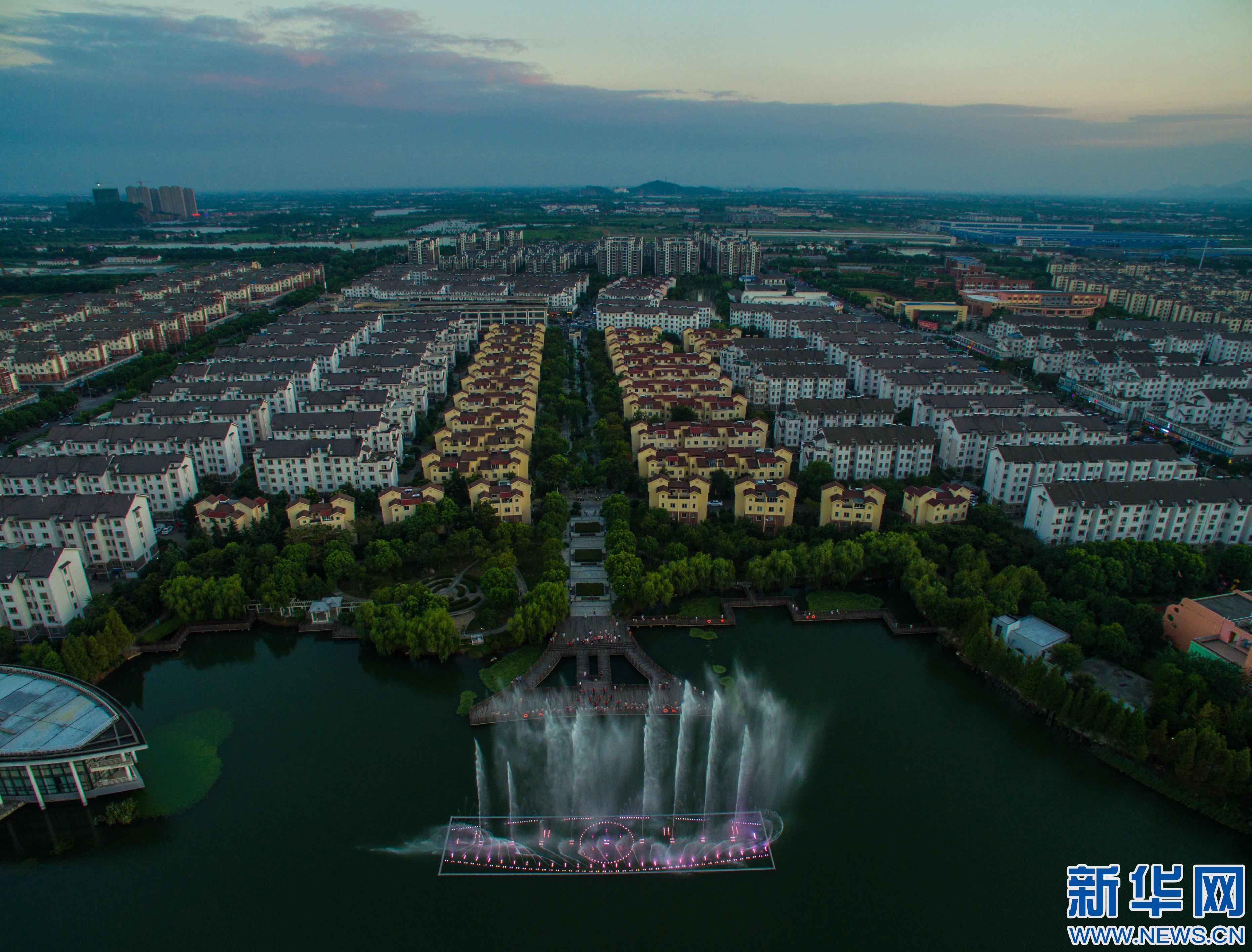 8月初开始,浙江省湖州市吴兴区八里店农民社区长荡漾公园内的七彩图片