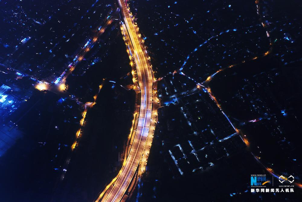 """【""""飞阅""""中国】航拍夜幕下的武汉鹦鹉洲长江大桥"""