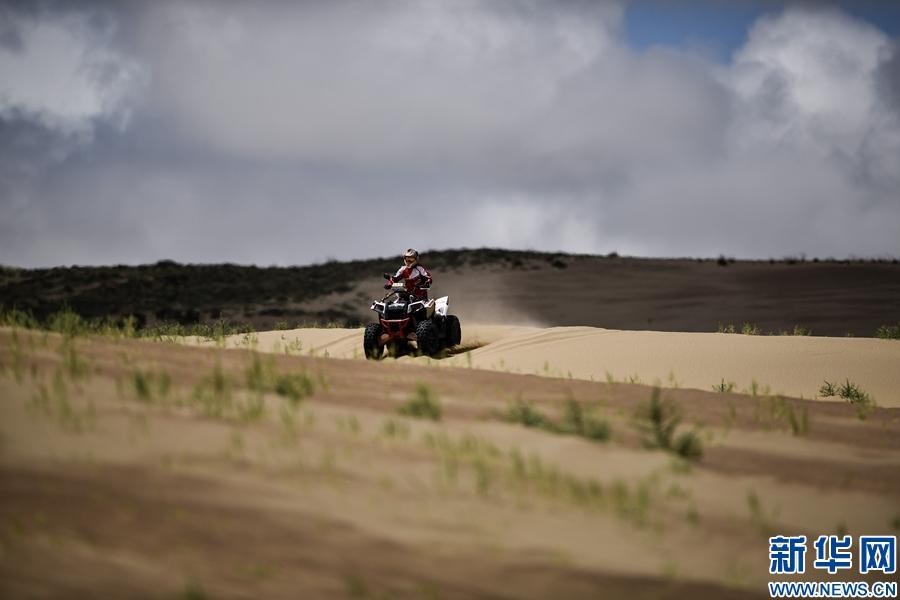 (体育)赛车——首届中国青海湖高原越野精英赛短道排位赛鸣枪开赛
