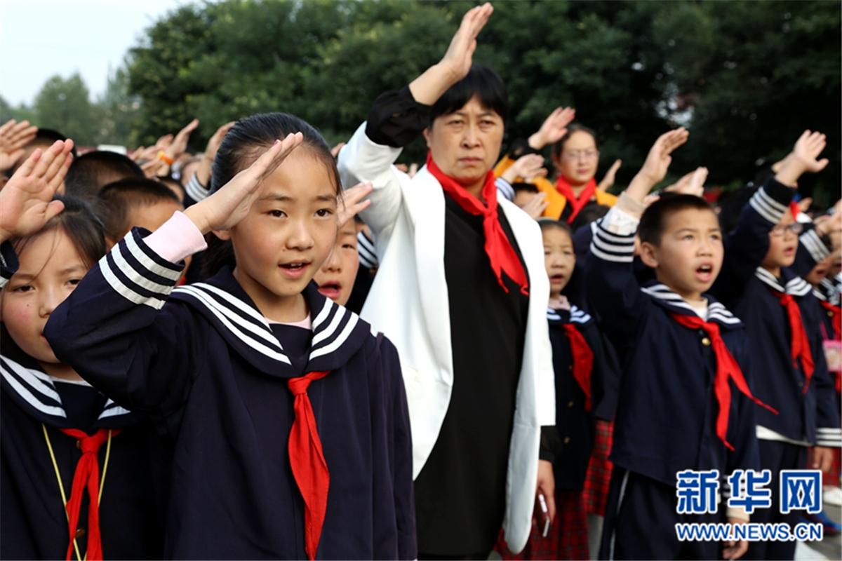 9月1日,西寧市行知小學全體師生在操場上舉行開學典禮。當日,西寧市行知小學全校師生帶著對暑假生活的美好記憶,對新學期的向往和對美好未來的無限憧憬,一起開始了新的學期。今年,共有240名新入學的小學生步入了行知小學的課堂。在雄壯的國歌聲中,莊嚴的升旗儀式拉開了行知小學開學典禮的序幕。開學典禮上,行知小學校長劉健美發表了開學寄語,向全體師生提出了新學期的要求。面對鮮紅的國旗,撫摸著胸前嶄新的紅領巾,學生們的臉上寫滿了激動與堅定。新華網發 卡婭梅朵攝