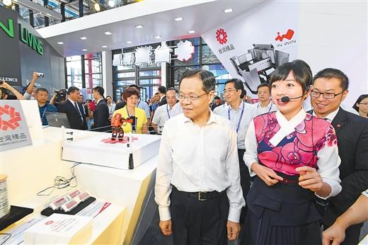 陈武参观中国—东盟博览会展馆  与客商亲切交流