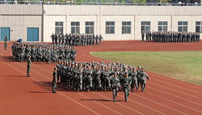 【全景】高校举行新生军训汇演