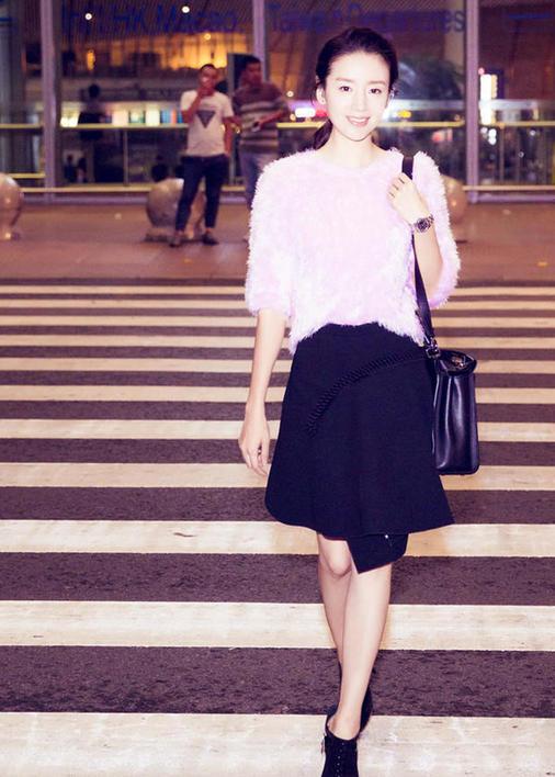 组图:董洁机场街拍照曝光 看女神如何演绎甜美柔情