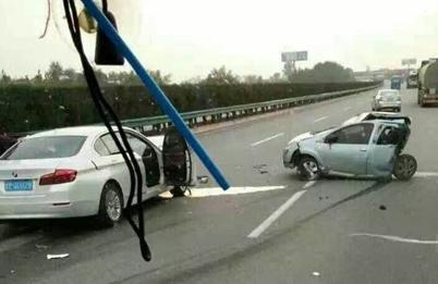 西宝高速发生严重车祸 宝马追尾比亚迪致5人死亡