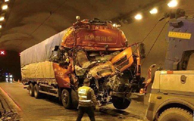 货车撞上危化品运输车致交通受阻万人滞留