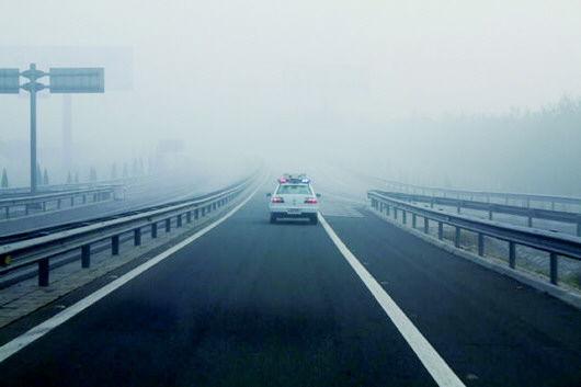 大雾致山西20条高速封闭 交警提醒安全出行