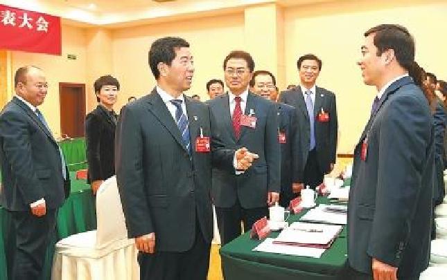 陈润儿看望省第十次党代会代表