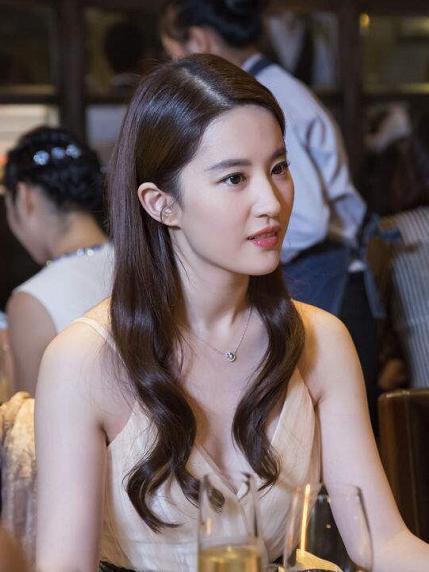 素颜的刘亦菲真是好美,精致的五官,你确定你不是十八岁.