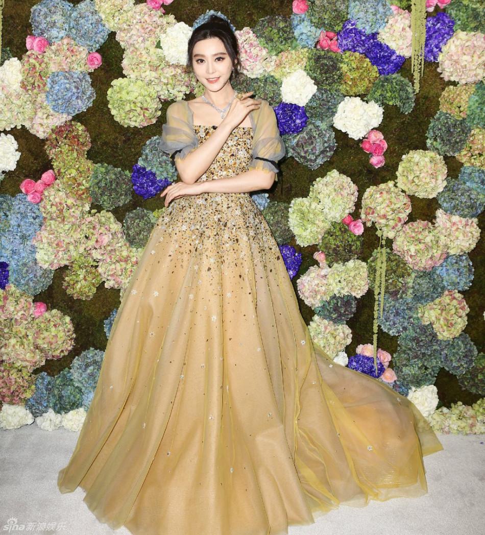 范冰冰一袭金色长裙现身 扎丸子头明艳动人