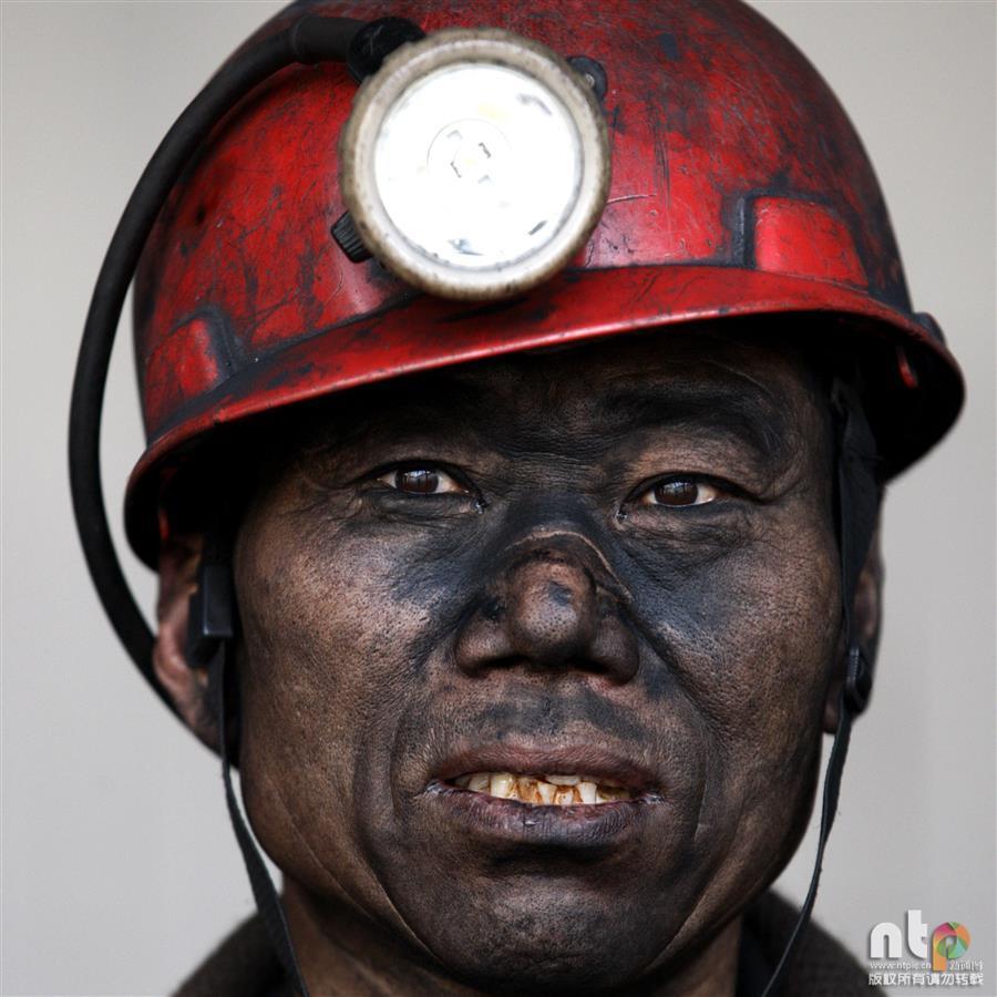 拍600米井下煤矿工人夜班归来肖像