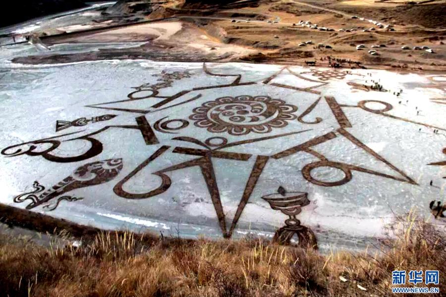 """青海玉树:万人参与冰上""""绘画"""" 冰沙嘛呢绽放三江源头"""