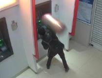 云南晋宁一男子酒后取款不成功 打砸取款机泄愤被拘留