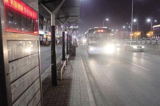 城区11条公交线路延时运营 晚下班也能坐上公交车