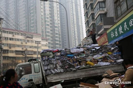到西安东门外 看废品装车工老李咋装车