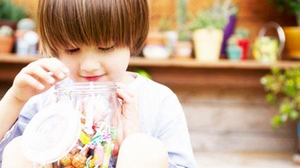 小孩吃糖不光会蛀牙,还会影响消化