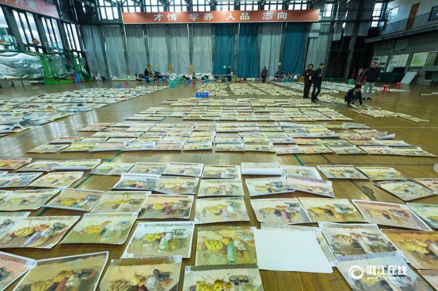 壮观!中国美院阅卷现场 考生画卷铺满体育馆