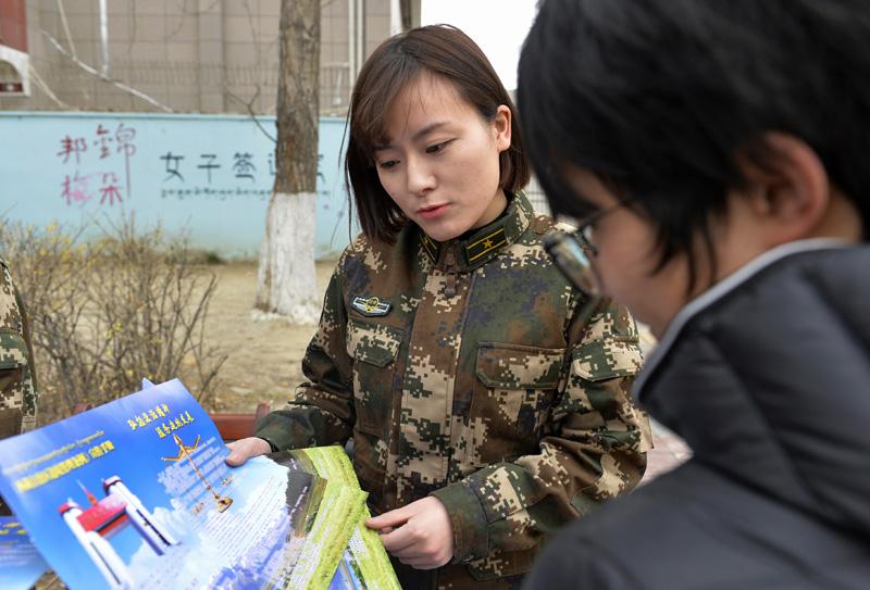 """西藏""""最美签证员""""的温馨服务"""