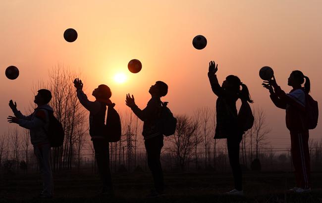 安徽霍邱:乡村娃飞扬足球梦